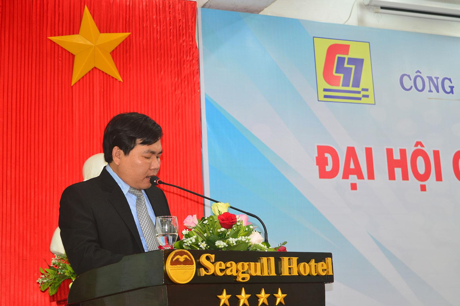Ông Dương Minh Quang – Tổng Giám đốc công ty báo cáo tại đại hội.
