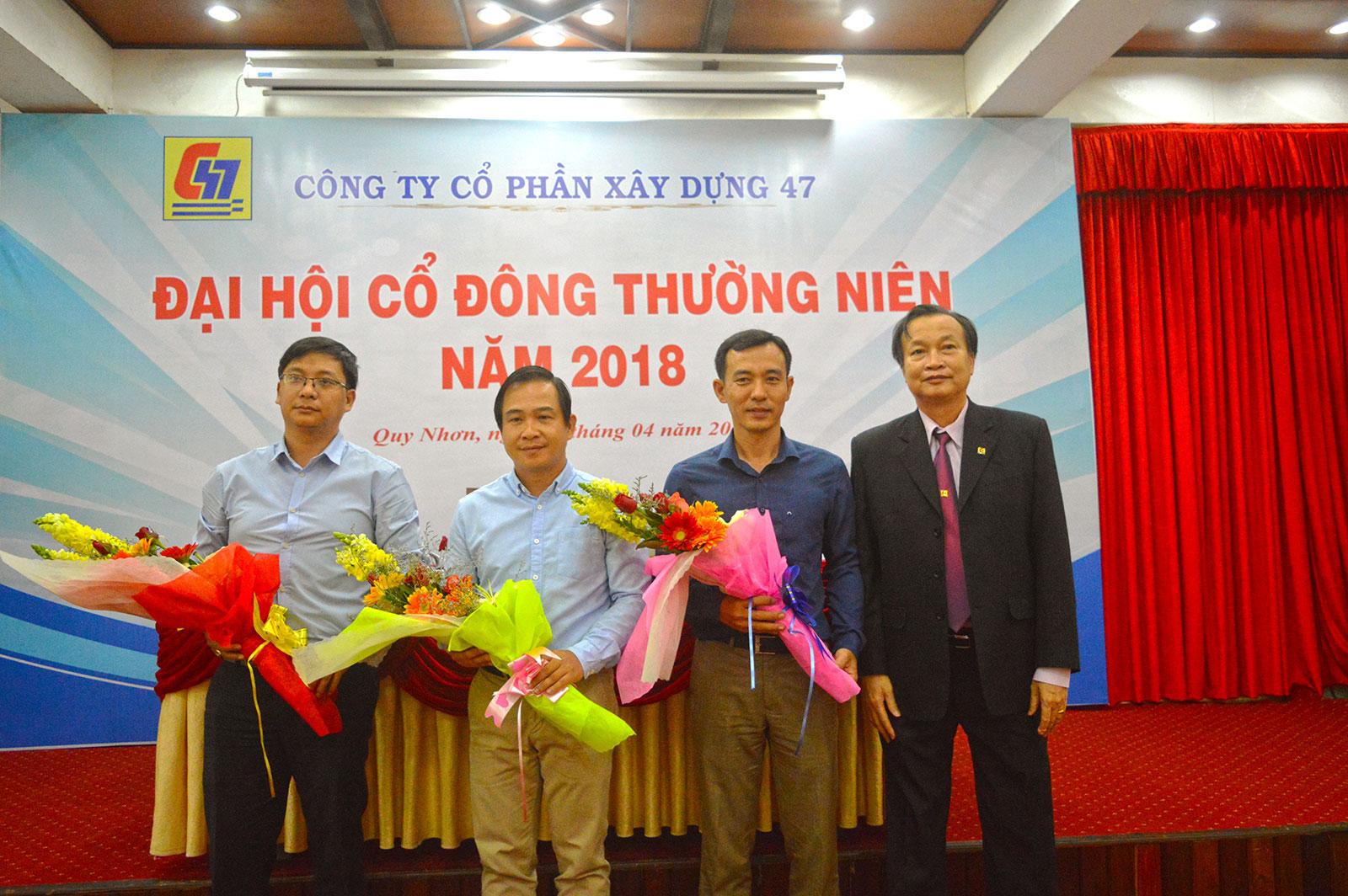 Từ bên trái sang vị trí đầu tiên là ông Võ Trọng HIếu, Ông Tạ Nam Bình, ông Lê Trung nam và ông Nguyễn Lương Am