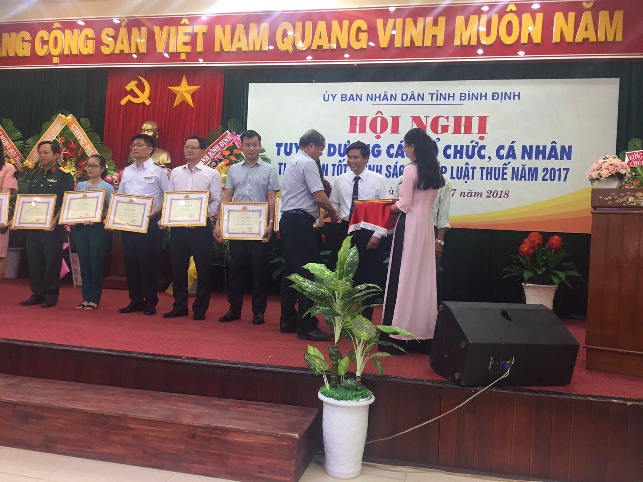 Ông Lê Trường Sơn – Phó Chủ tịch HĐQT Công ty CPXD 47 (đứng vị trí thứ 2 từ phải sang) nhận bằng khen từ Phó chủ tịch tỉnh Bình Định Phan Cao Thắng.