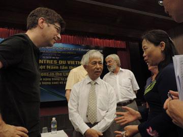 Phó Chủ tịch UBND tỉnh Trần Thị Thu Hà (bìa phải) trò chuyện cùng các nhà khoa học dự hội nghị khoa học Vật lý quốc tế tại Trung tâm Quốc tế Khoa học và Giáo dục liên ngành.