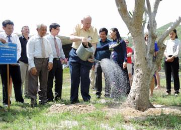 Giáo sư Jerome Friedman - đoạt giải Nobel Vật lý năm 1990 - trồng cây lưu niệm tại Trung tâm Quốc tế Khoa học và Giáo dục liên ngành.