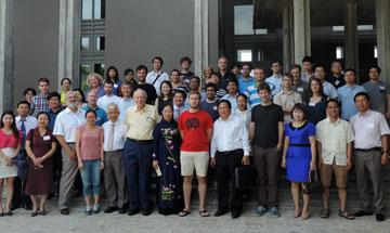 Phó Chủ tịch UBND tỉnh Trần Thị Thu Hà chụp ảnh lưu niệm với các nhà khoa học dự hội nghị khoa học Vật lý quốc tế tại Trung tâm Quốc tế Khoa học và Giáo dục liên ngành.