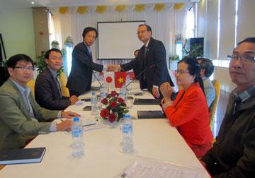 Lãnh đạo Công ty cổ phần Xây dựng 47 (bên phải) làm việc với đối tác Nhật Bản về đào tạo và XKLĐ sang Nhật.