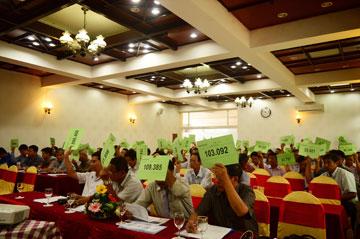 Cổ đông biểu quyết thông qua các vấn đề tại đại hội