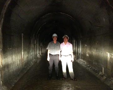 Ông Nguyễn Lương Am – Chủ tịch HĐQT Công ty CPXD 47 (bên trái) thị sát công trường kiểm tra tiến độ thi công hầm dẫn nước (dài 10km)  thủy điện Sông Bung 2