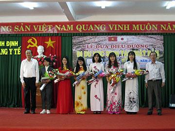 Ông Nguyễn Lương Am - Chủ tịch HĐQT Công ty CPXD 47 (Bên trái) tặng hoa cho các Du học sinh đi trong đợt này