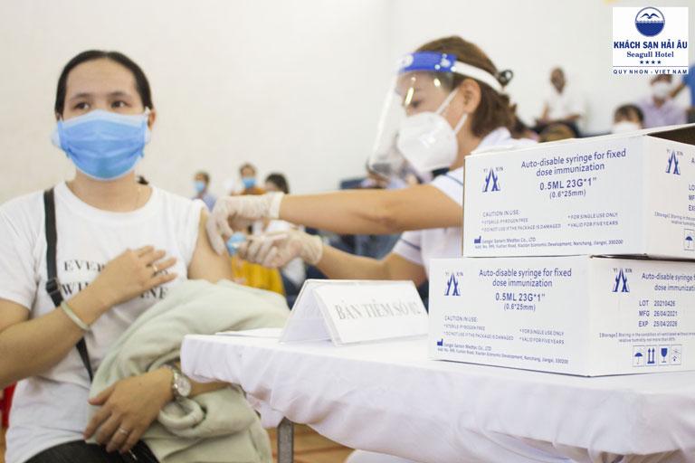 """Toàn bộ CBNV Khách sạn Hải Âu hoàn thành tiêm vắc xin COVID-19, sẵn sàng trở thành """"điểm lưu trú an toàn"""" cho người dân về từ vùng dịch"""